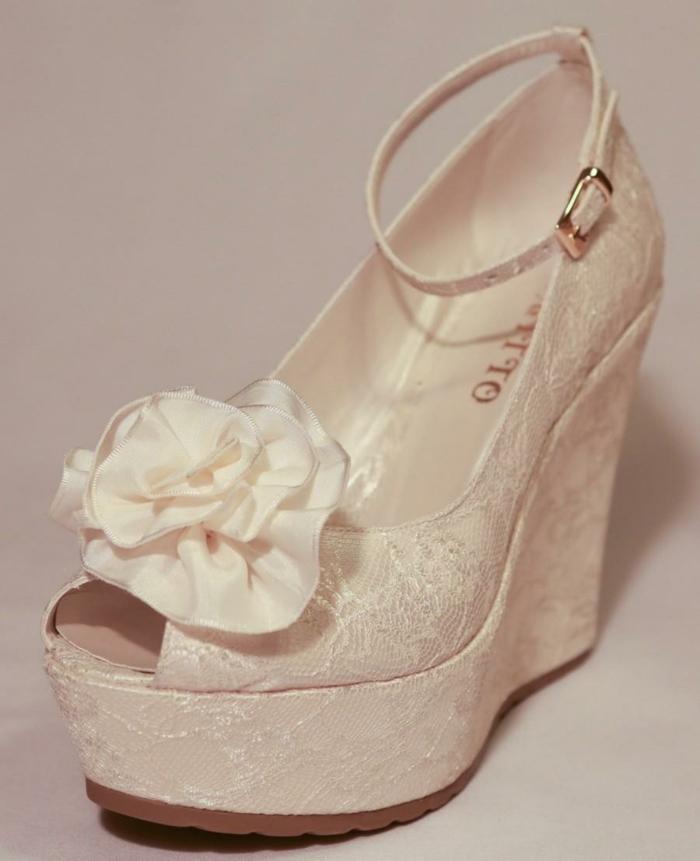 chaussure femme mariage, chaussure de mariée confortable en dentelle ivoire, chaussures ivoire, grande fleur en tissu blanc devant, plate-forme grande