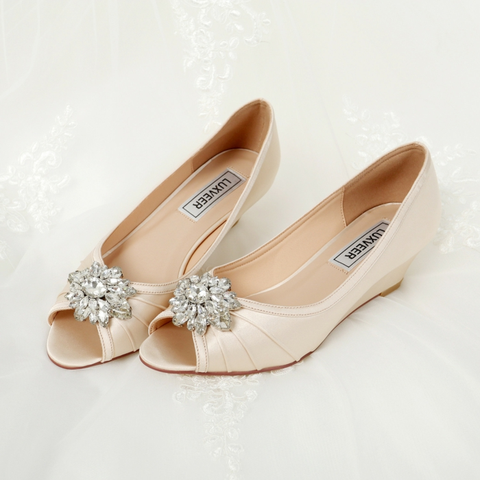 escarpin ivoire, chaussure plate mariage, chaussure mariage ivoire, petite plate-forme, grande broche brillante sur le devant, motifs fleur