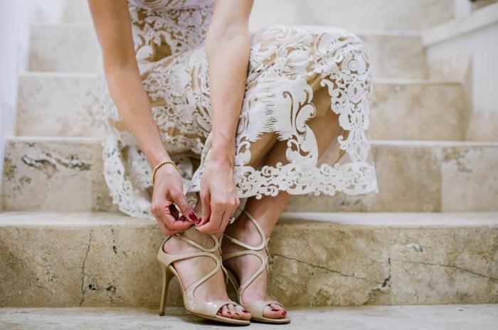 chaussure mariage ivoire, chaussure mariage femme, talons aiguilles très hauts, robe blanche grande transparence aux motifs arabesques