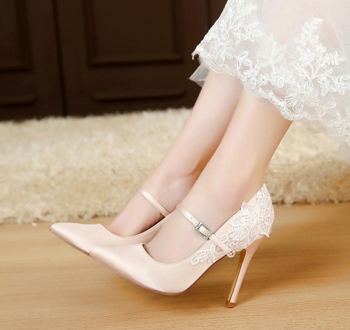 escarpin ivoire, chaussure mariee, bouts pointus, robe en ivoire semi-transparente aux fins motifs en dentelle motifs fleurs