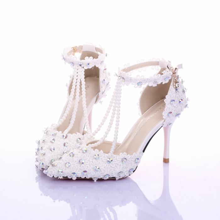 chaussure blanche mariage, chaussure mariage femme, bouts pointus, trois tours de perles blanches devant, tour de cheville en fleurs en tissu blanc avec des sequins brillants