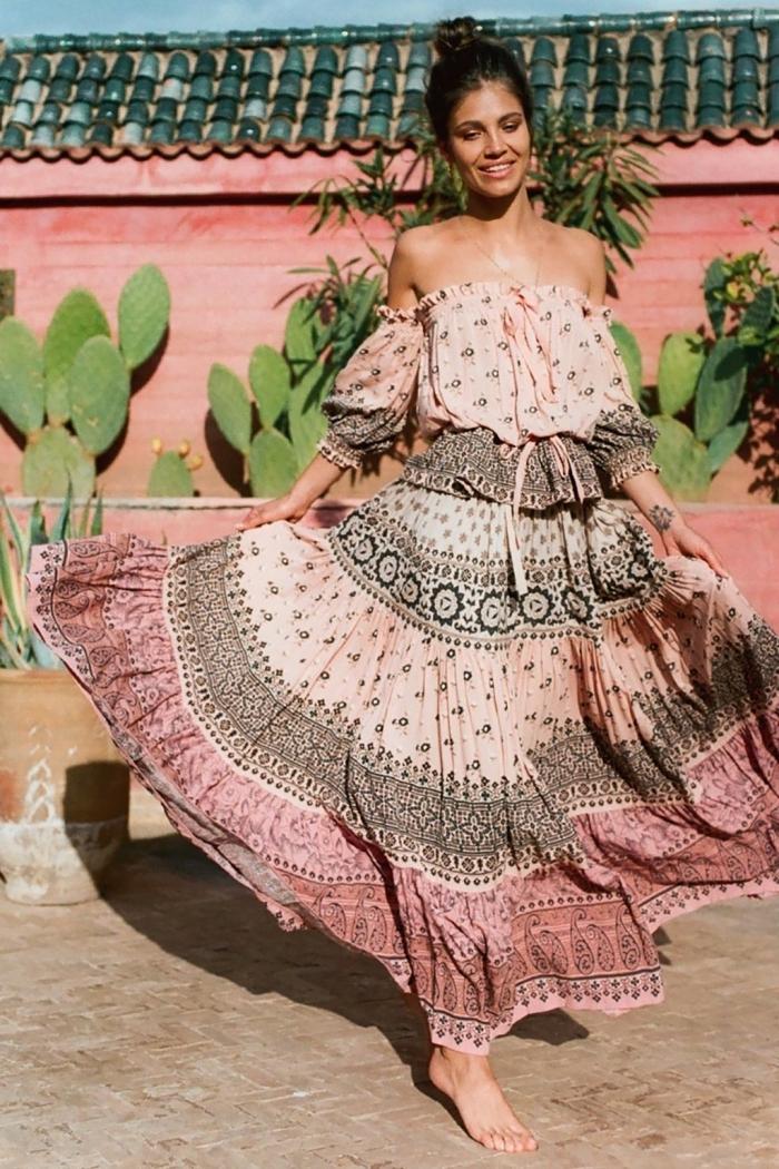 mode hippie chic femme en jupe longue fluide combinée avec top aux épaules dénudées de couleur rose pastel