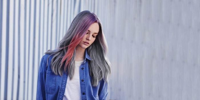 coloration sur cheveux de base noire aux pointes gris avec mèches colorées en rose pastel et violet, idée coloration tendance