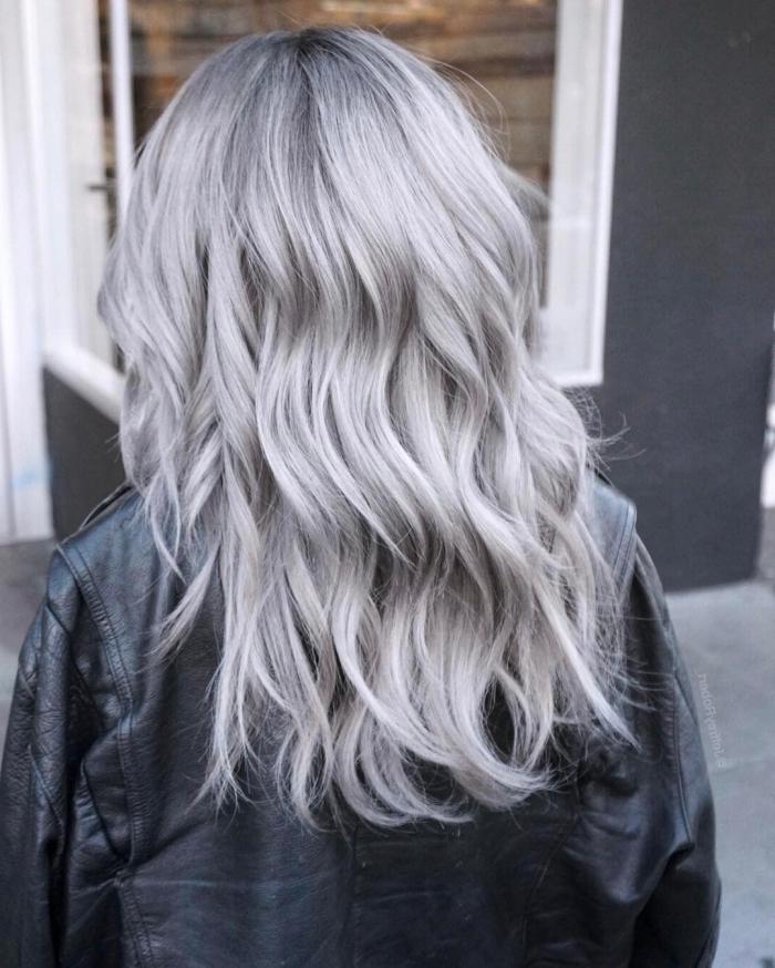 exemple de coloration tendance pour cheveux de base noire, décoloration cheveux foncés pour teinture gris clair