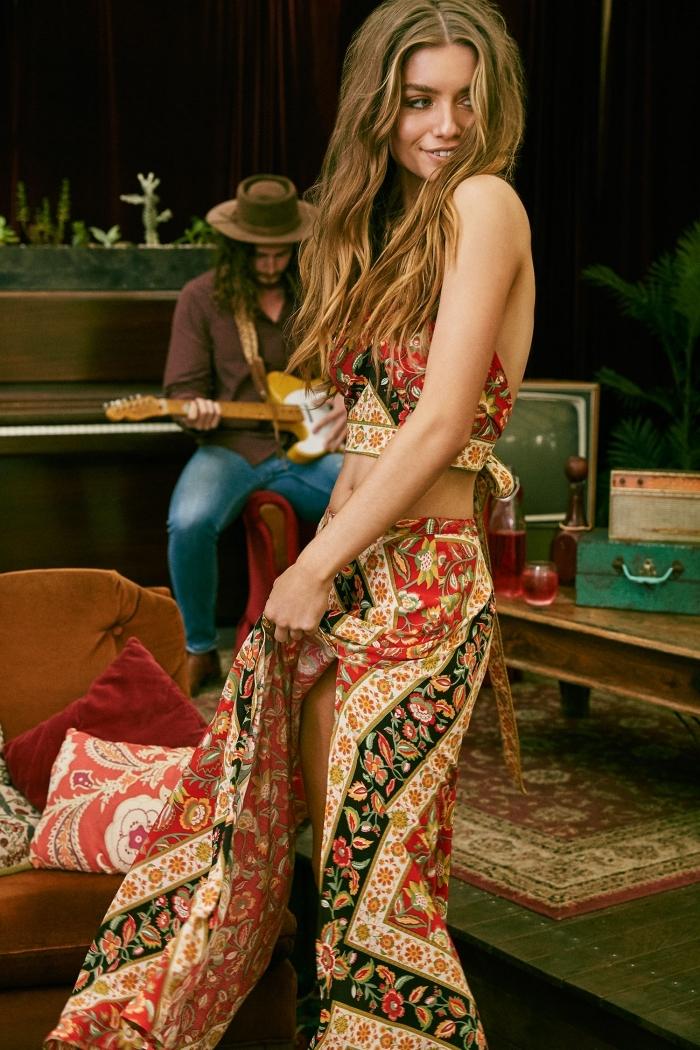 tenue hippie chic avec jupe longue été aux motifs fleuris et couleurs rouge et beige, coiffure et maquillage naturels pour vision boho chic