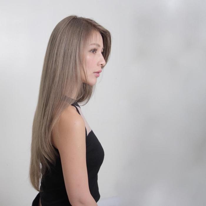 changer de couleur de cheveux avec une coloration de nuance blond cendré, maquillage nude pour yeux marron