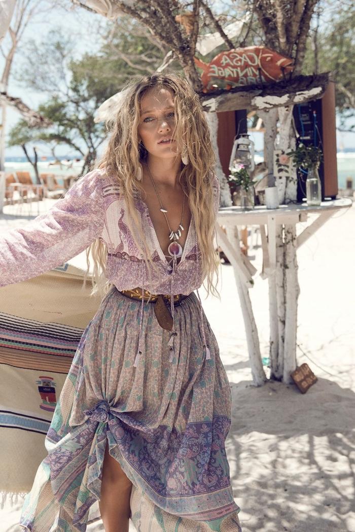 idée vetement hippie chic avec jupe longue en blanc violet et vert combinée avec blouse manches longues en rose et blanc
