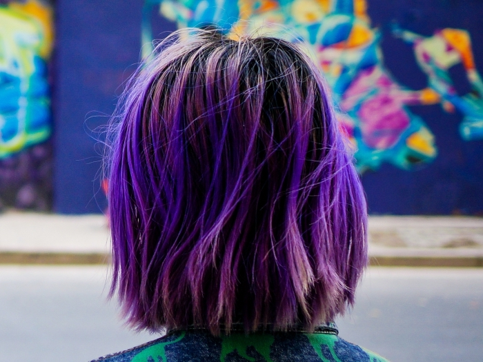 exemple de coloration tendance sur cheveux de base noire aux mèches colorées en ultra violet et rose pastel