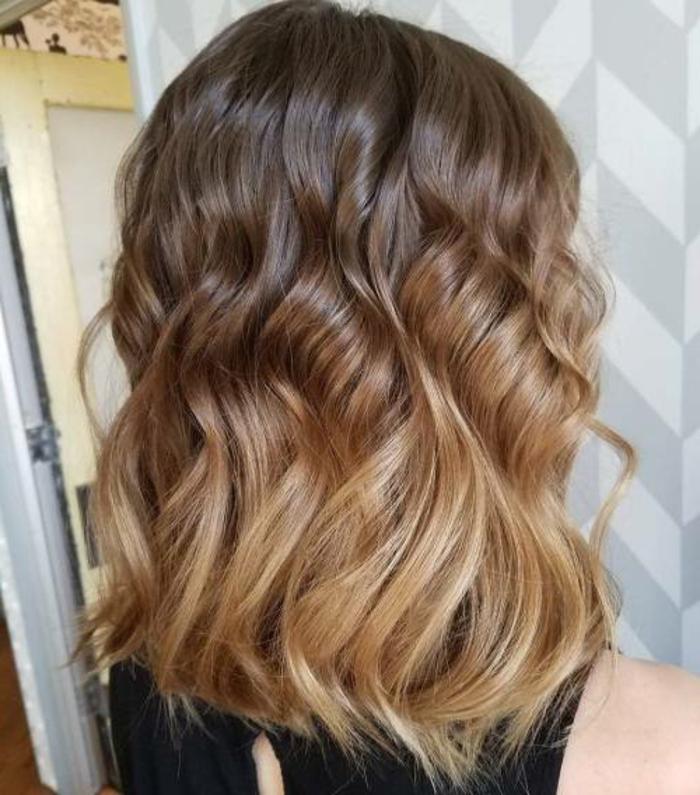 mèches blond miel sur cheveux chatains, coiffure cheveux wavy, ombré hair miel