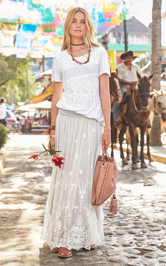 jupe longue boheme chic en blanc à broderie florale combinée avec t-shirt blanc et accessoires de style boho chic