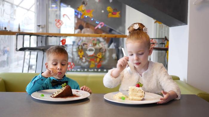 Gateau anniversaire enfant recette gateau anniversaire choisir le style dessert enfants qui mangent leur gâteaux