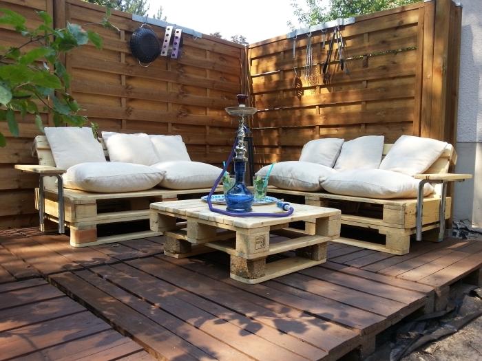 exemple quoi faire avec palettes bois, modèle de salon de jardin avec canapés et table basse en palettes de bois