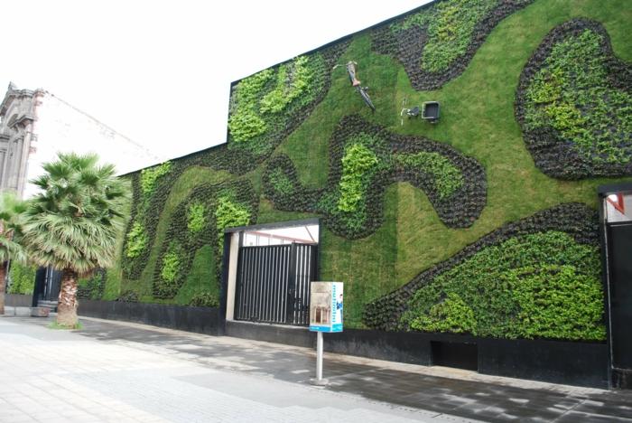 culture verticale aux motifs zèbre en vert et noir sur un édifice public, mur végétalisé, cloison végétale, mur vegetal exterieur