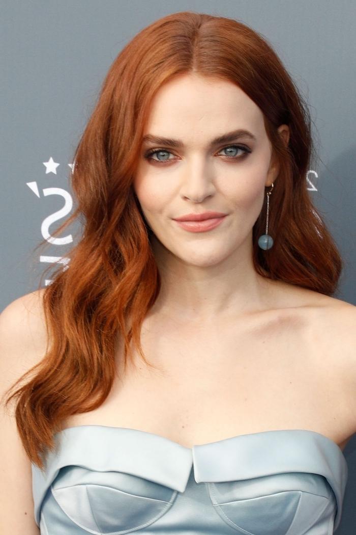 exemple de couleur tendance cuivrées pour cheveux de base foncée, maquillage pour yeux bleus aux lèvres orange