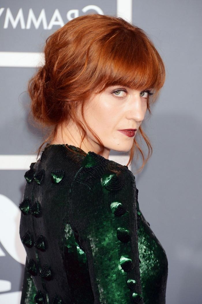 exemple maquillage avec rouge à lèvres rouge bordeaux et yeux smoky, couleur de cheveux cuivrés pour yeux verts