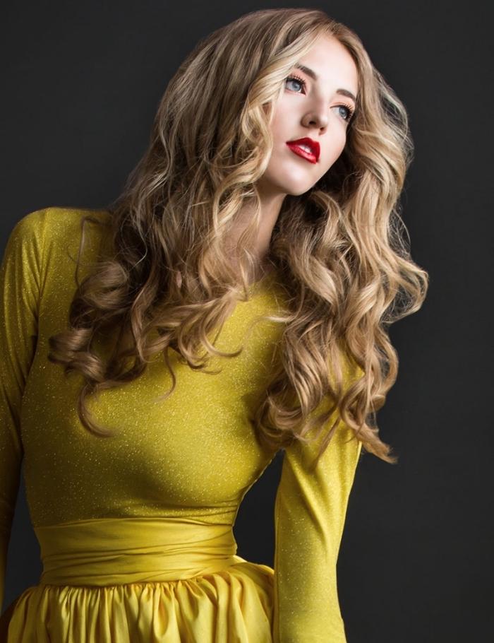 exemple de balayage miel sur cheveux de base châtain foncé, maquillage avec rouge à lèvres rouge et fards à paupières orange