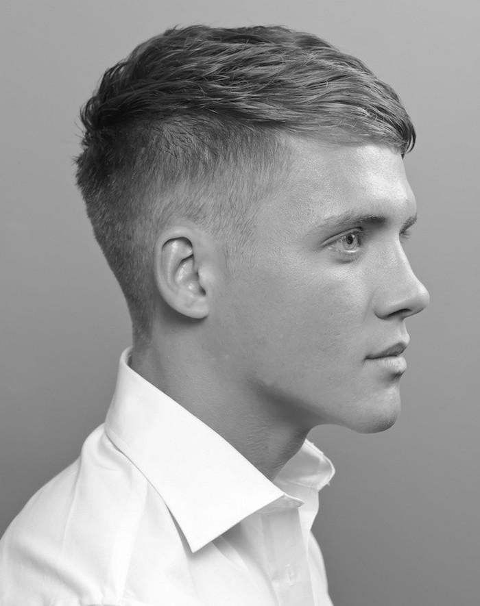 modele de coiffure dégradé fondu court sur le cote plus long dessus pour homme blond