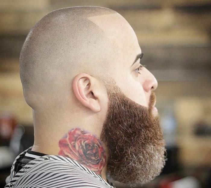 modele de coiffure homme rasé avec grosse barbe épaisse et rose tattoo dans le cou