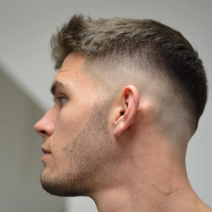 idée coupe homme dégradé blond chatain clair court simple avec barbe 3 jours taillée