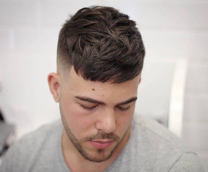 coupe de cheveux homme tendance coté court en fondu dégradé et dessus style décoiffé