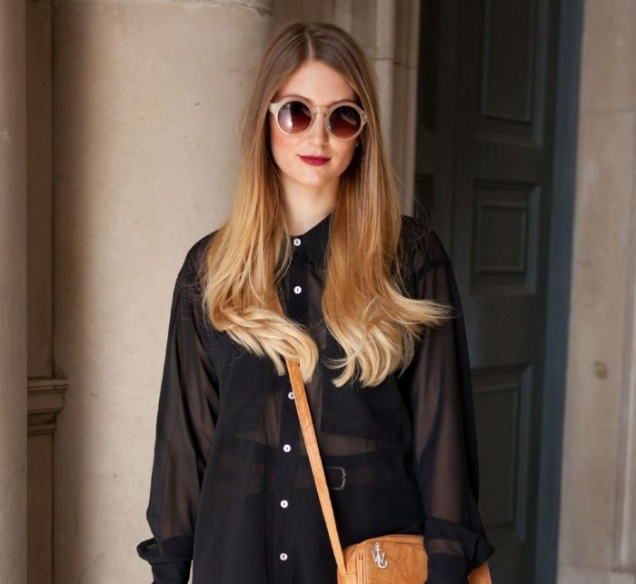 ombrage cheveux, balayage caramel sur base brune, sac épaule marron, chemise noire transparente