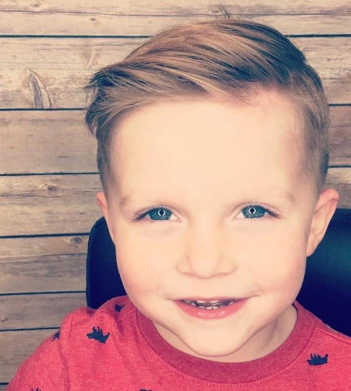 raie de coté avec un peu de volume sur cheveux blond, petit enfant garçon aux yeux bleus
