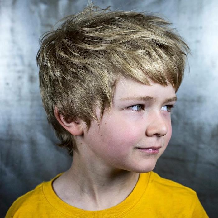 cheveux hérissés et peignés en avant, style décoiffé décontracté, tee shirt jaune, coupe de cheveux pour garçon