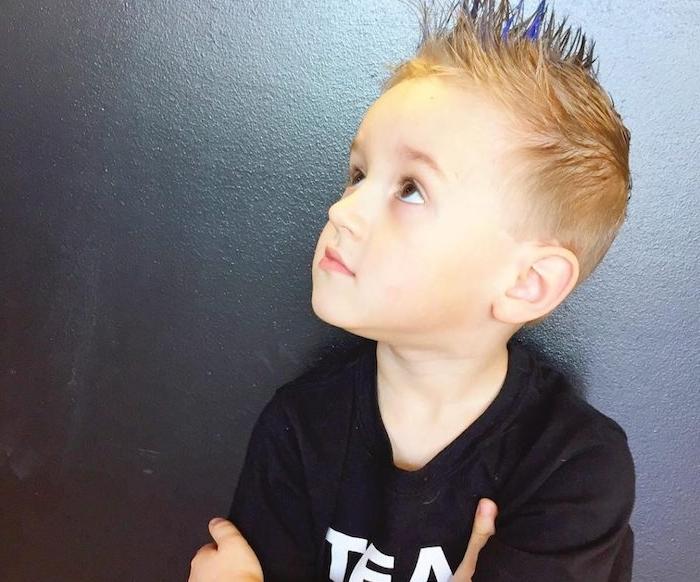 coupe de cheveux pour enfant courte avec un dessus plus long avec coiffure hérissée, garçon blond, tee shirt noir