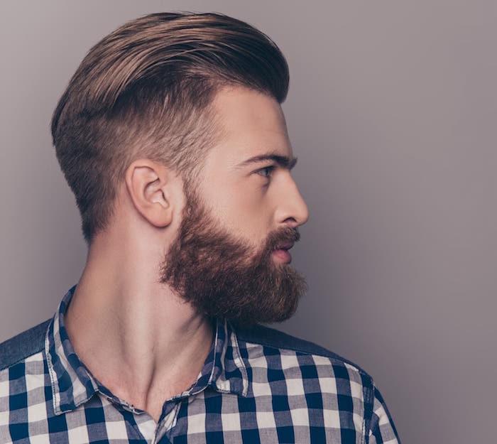 coiffure dégradé fondu sur le coté dessus long en arrière avec barbe homme