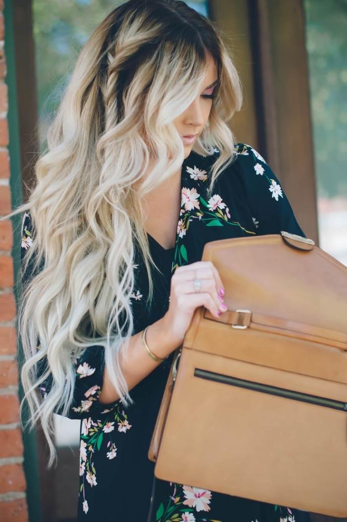 exemple de technique ombré aux racines foncées et pointes éclaircies blondes, modèle de coiffure avec tresse et boucles