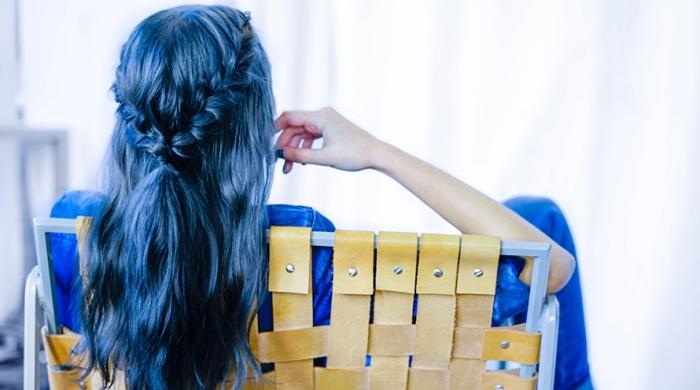 jolie coiffure de cheveux longs avec couronne en tresse, coloration tendance de nuance bleu foncé sur cheveux foncés