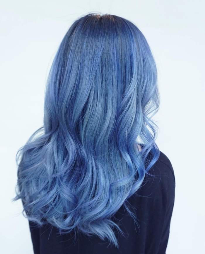 idée de coloration tendance bleue pour cheveux chatain foncé ou clair, coiffure de cheveux longs bouclés sur les pointes