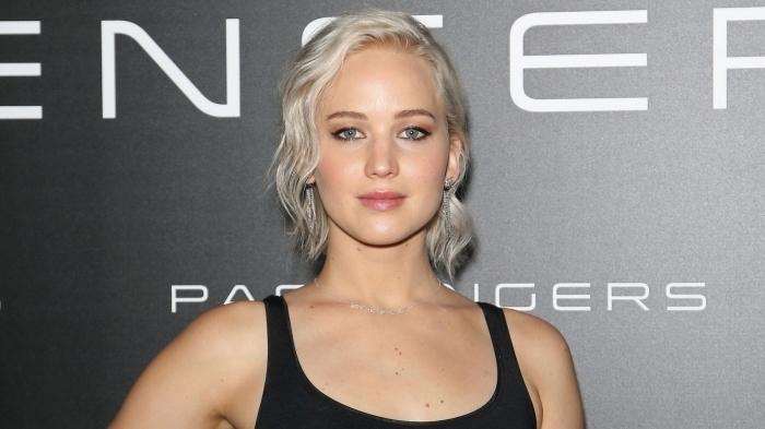 maquillage pour yeux verts aux lèvres rose et fards à paupières corail avec eye-liner noir, coloration tendance capillaire gris clair
