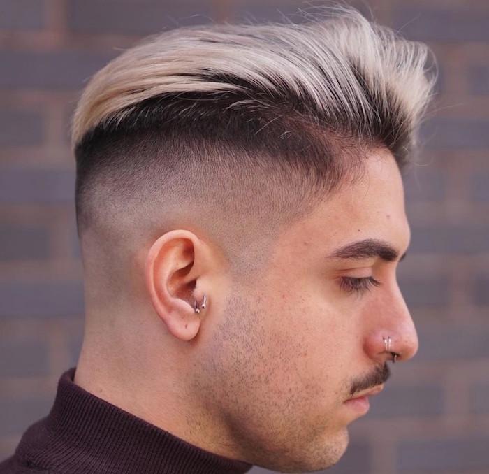 coupe dégradée homme fondu haut court et dessus en arriere avec meches blondes