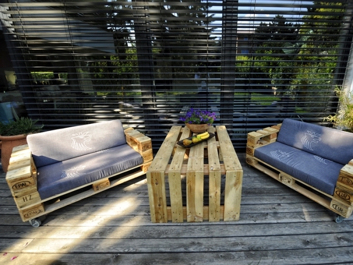 idée comment décorer une terrasse ou véranda avec mobilier en palettes DIY, bancs et table DIY en bois clair