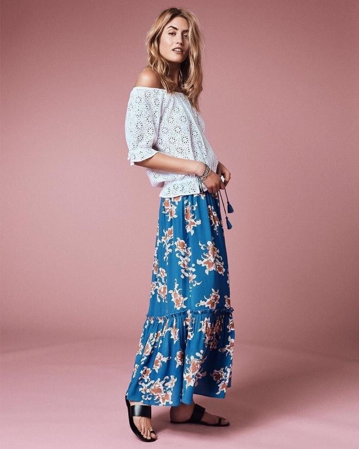 vetement boheme en jupe longue bleu aux motifs fleuris blanc et orange, modèle de top blanc aux épaules dénudées