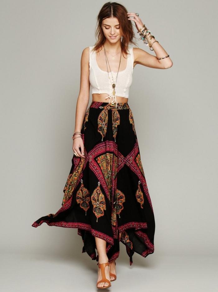 idée vetement hippie chic avec jupe noire aux motifs ethniques rouges et marron portée avec sandales en cuir marron