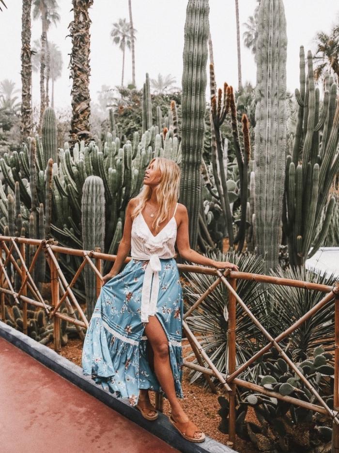 vêtement bohème chic en jupe longue bleu clair à design fleuris avec top blanc à bretelles, mode boho chic avec sandales marron plates