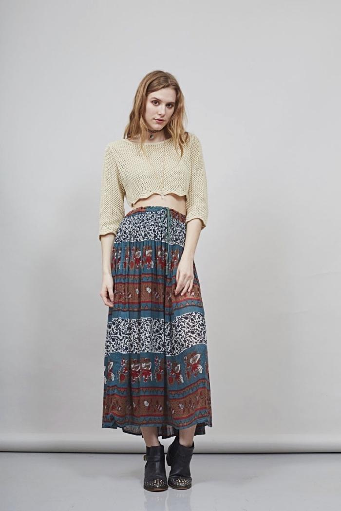 mode hippie chic en jupe fluide en bleu et marron combinée avec top crop beige et bottines de cuir noir avec clous