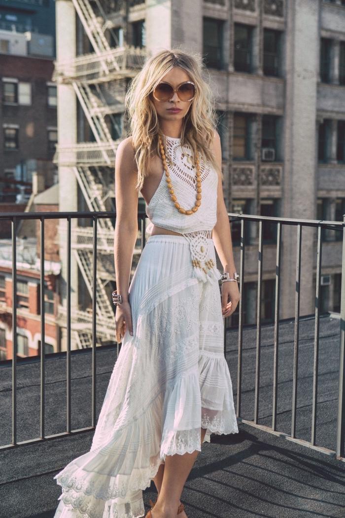 look total blanc pour plage été femme en jupe longue à design asymétrique courte devant longue arrière avec bijoux boho chic