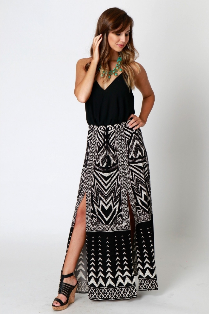 comment bien s'habiller en blanc et noir de style boho chic, idée tenue en jupe longue taille haute combinée avec sandales beige et noir à plateforme