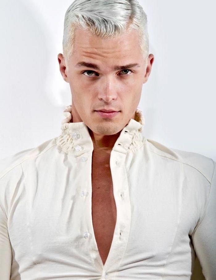teinture blanche homme type blond polaire et coiffure courte vintage avec raie sur le coté