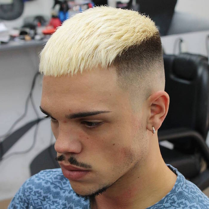 coupe homme meche blonde platine sur le dessus et cotés courts en dégradé haut progressif