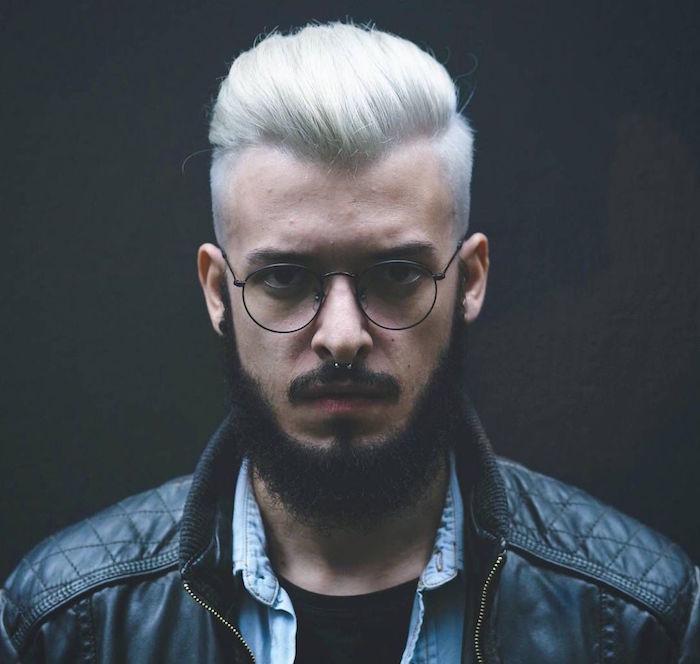 teinture blond blanc polaire pour homme avec coupe pompadour tendance en arrière style hipster
