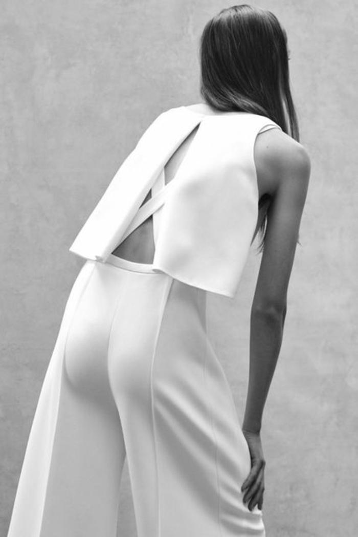 tailleur pantalon femme cocktail en blanc, pantalon smoking femme avec super effet au dos, bandes croisées et grande fente qui s'ouvre sur l'effet croisé