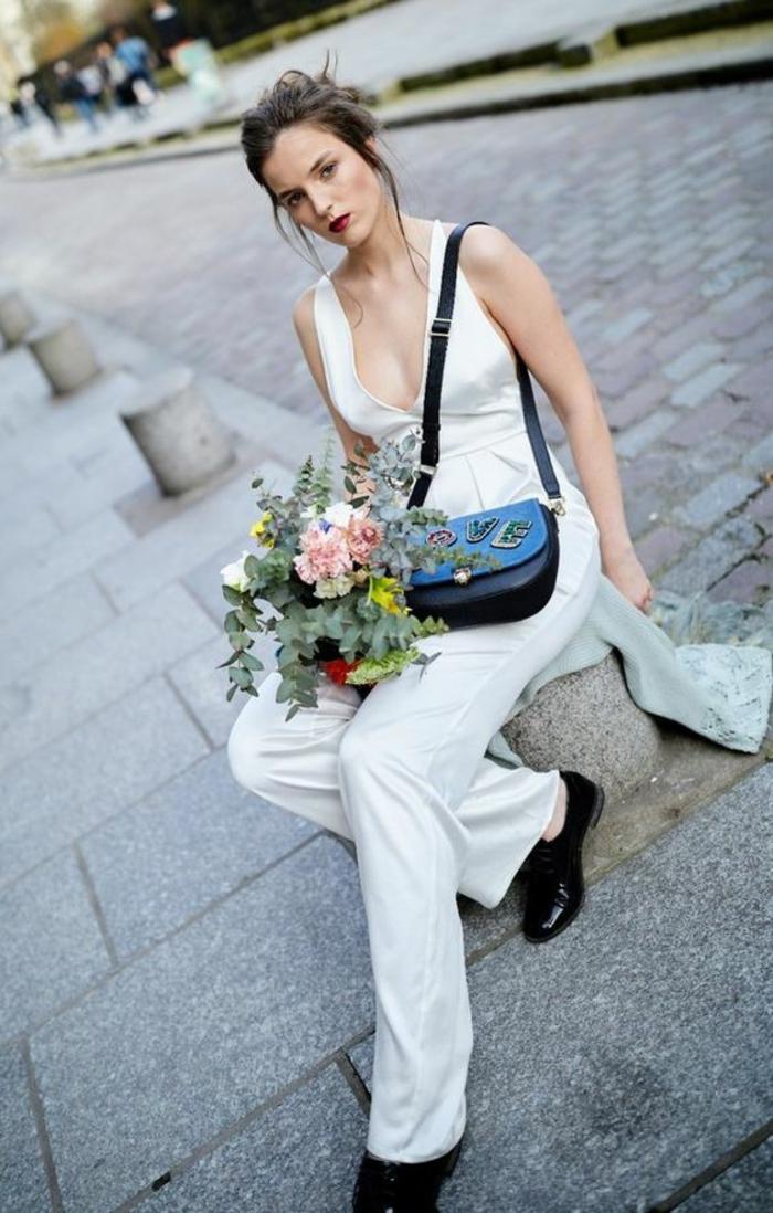 pantalon tailleur femme en blanc, combishort mariage, tenue mariage invité femme pantalon, chaussures noires bouts arrondis et mini sac noir avec face en bleu marine aux broderies