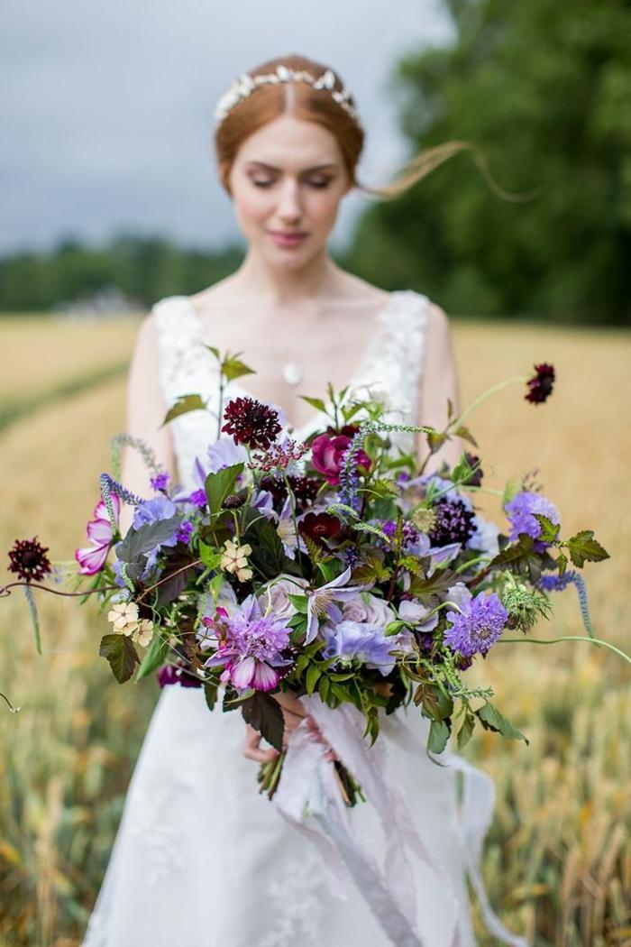 joli bouquet de fleurs avec fleurs sauvages, mariée hippie chic tenant un gros bouquet fleurs