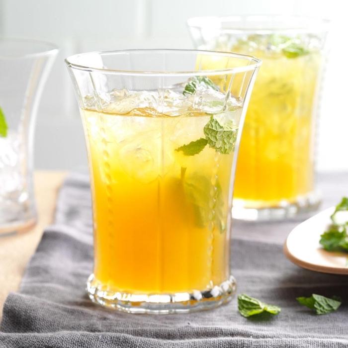 préparer citronnade fraîche à la maison avec jus de citron et orange, comment garnir un cocktail sans sucre et alcool