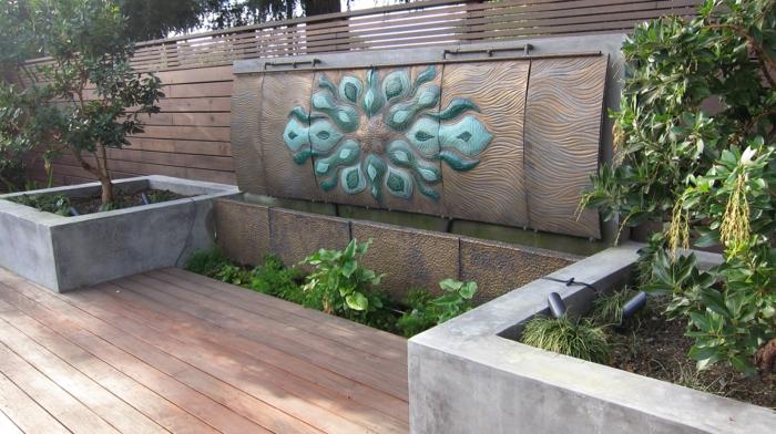 habiller un mur extérieur avec un panneau en métal en nuances de bronze et des motifs en bleu turquoise, sol recouvert de poutres en bois couleur claire