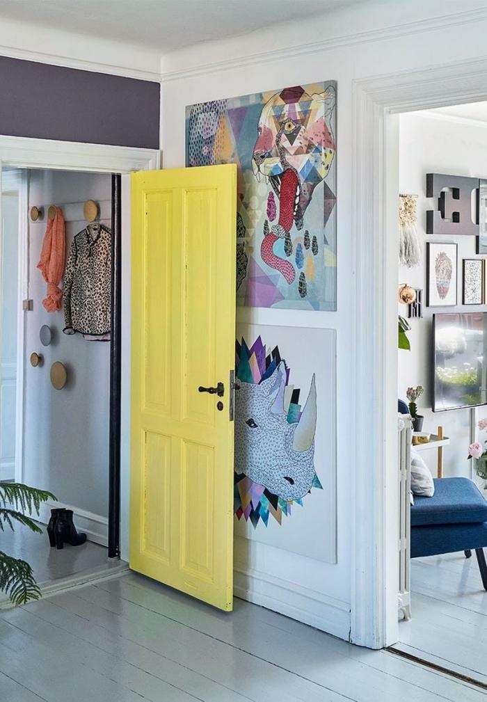 intérieur scandinave où la couleur s'invite sur les murs et sur la porte interieure pour y apporter de la fraîcheur